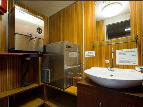 Титан с горячей водой и льдогенератор теплохода «Александр Пушкин»