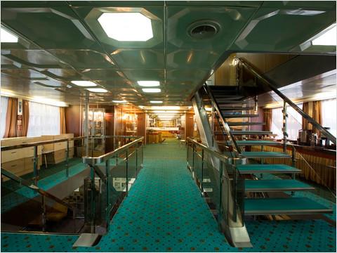 Холл шлюпочной палубы теплохода «Александр Пушкин»