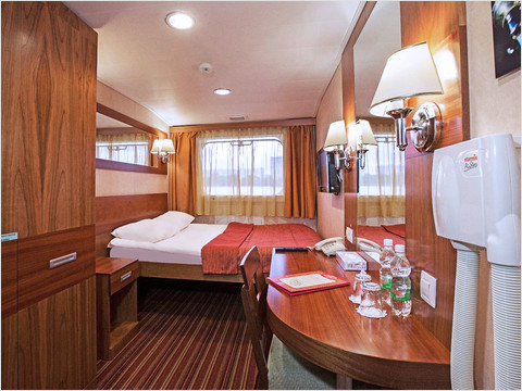 Двухместная каюта без балкона с двуспальной кроватью теплохода «Мстислав Ростропович» (фото 32 из 35)