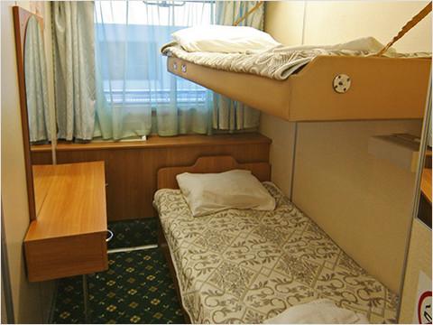 Спальная комната каюты класса «Полулюкс» теплохода «Александр Суворов»