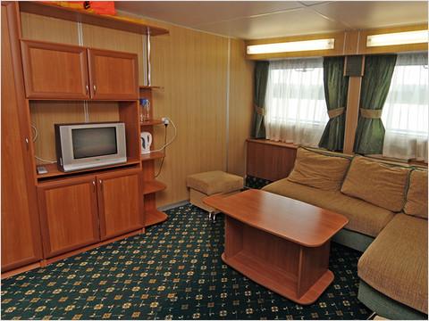 Гостиная комната каюты класса «Люкс» теплохода «Александр Суворов»