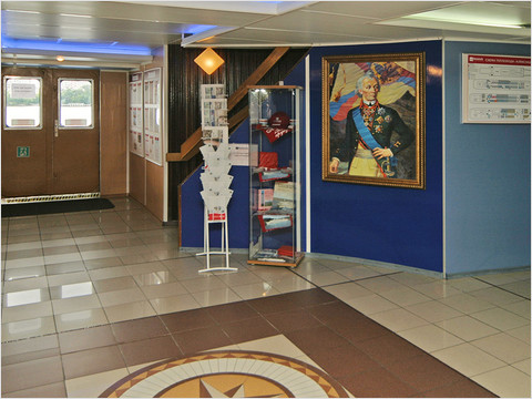 Холл главной палубы теплохода «Александр Суворов»
