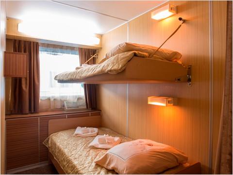 Спальня Полулюкса на средней палубе теплохода «Георгий Жуков»