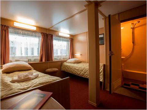 Спальня ЛЮКС на средней палубе теплохода «Георгий Жуков»
