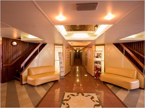 Холл на главной палубе теплохода «Георгий Жуков»